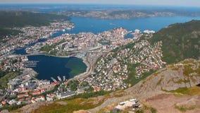 Berge und Hafenstadt auf Küste des Seegolfs Bergen, Norwegen stock video footage