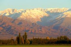 Berge und Himmel lizenzfreie stockfotos