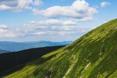 Berge und Himmel lizenzfreies stockbild