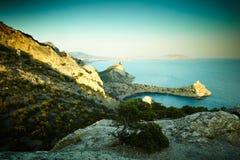 Berge und Meer bei Sonnenuntergang Blauer Himmel und blanke Hügel Lizenzfreies Stockbild