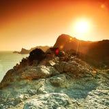 Berge und Meer bei Sonnenuntergang Blauer Himmel und blanke Hügel Stockfotos