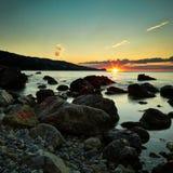 Berge und Meer bei Sonnenuntergang Blauer Himmel und blanke Hügel Stockfoto
