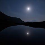 Berge und See des lausfer unter dem Mond stockfotos