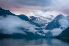 Berge und See im Nebel morgens, Norwegen Stockfoto