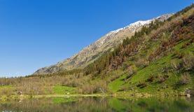 Berge und See im Teberda heben Karachay-Cherkess auf Stockbilder