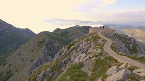 Berge und Sonnenuntergang stock footage