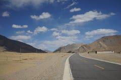Berge und Straße in Tibet lizenzfreie stockfotografie