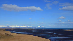 Berge und Strand nahe Hofn in den Ostfjorden in Island Stockbilder