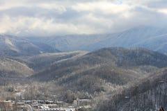 Berge und Täler mit Dorf Stockfotografie