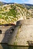 Berge und Verstärkungsansicht in Kotor, Bucht von Kotor, Montenegro Alte Stadt auf adriatischer Seeküste Lizenzfreies Stockfoto