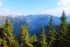 Berge und Wald in Liechenstein stockfoto