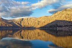 Berge und Wasser montenegro Lizenzfreie Stockbilder