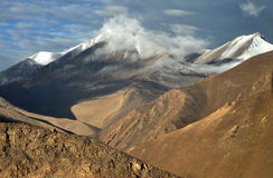 Berge und Wolken lizenzfreie stockfotografie