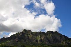 Berge und Wolken auf Oahu, Hawaii lizenzfreies stockfoto