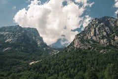 Berge und Wolken und Sonne Lizenzfreies Stockfoto