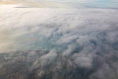 Berge und Wolken von der Fläche Lizenzfreie Stockfotos
