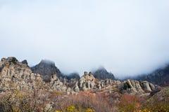 Berge unter dem blauen Himmel mit Wolken Lizenzfreies Stockfoto