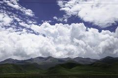 Berge unter den Himmeln Lizenzfreie Stockfotografie
