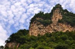 Berge unter Himmel und Wolke Lizenzfreies Stockbild