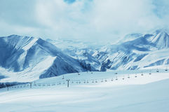 Berge unter Schnee im Winter Stockbild