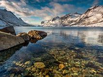 Berge unter Schnee in Nordsee Ersfjord, Norwegen Stockbild