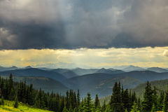 Berge unter Sturmwolke Stockfoto