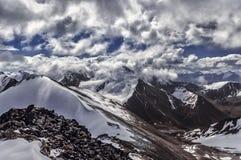 Berge unter Wolken Stockfoto