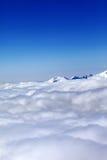 Berge unter Wolken und blauem Himmel des freien Raumes Lizenzfreie Stockfotografie