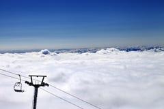 Berge unter Wolken und Sessellift Lizenzfreie Stockfotos