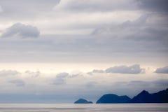 Berge von der Bucht von Alaska Lizenzfreies Stockfoto