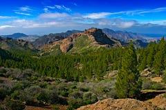 Berge von Gran Canaria Sommertag auf dem islandm mit Felsen und blauem Himmel mit weißen Wolken Schönes wildes Berg-scape panor Stockfoto
