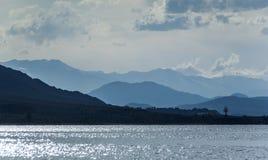 Berge von Kirgisistan mit See Issyk Kul im Vordergrund Stockfotografie
