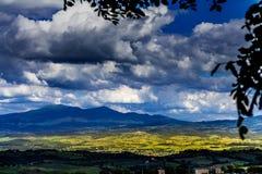 Berge von Toskana Landschaft von bebaute Wiesen stockfoto