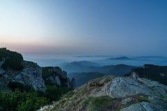 Berge vor Sonnenaufgang Lizenzfreies Stockfoto