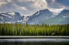 Berge, Wälder und Seen! Stockbild