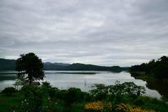Berge, Wälder und Wasservorkommen Lizenzfreie Stockfotos