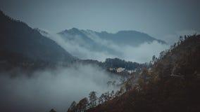 Berge werden durch Wolken bedeckt lizenzfreies stockbild