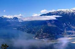 Berge, Wolken, Felsen, Ozean und blauer Himmel Stockfoto