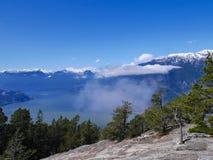 Berge, Wolken, Felsen, Ozean und blauer Himmel Stockfotografie