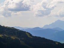 Berge zur Unendlichkeit lizenzfreie stockbilder