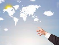 Übergeben Sie das Zeigen auf Weltwolken und -sonne auf blauem Himmel Stockbilder