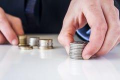 Übergeben Sie gesetzte Münze zum Stapel Stockfotos
