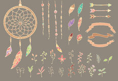 Übergeben Sie gezogene Federn des amerikanischen Ureinwohners, Traumfänger, Perlen, Pfeile, Blumen Lizenzfreie Stockfotografie