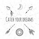 Übergeben Sie gezogene Pfeile, dreamcatcher, Mond und Federn Stockfotografie