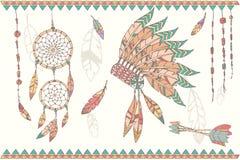 Übergeben Sie gezogenen Traumfänger, -perlen und -federn des amerikanischen Ureinwohners Stockfotos