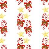 Übergeben Sie gezogenes Feiertagsmuster mit Weihnachtszuckerstangen, goldenen Sternen, Bögen, Stechpalmenblättern und Beeren naht Stockfoto
