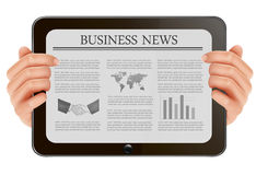 Übergeben Sie Holding digitalen Tablette-PC mit Wirtschaftsnachrichten. Lizenzfreie Stockfotos