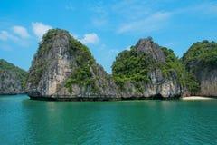 Bergeiland en eenzaam strand in Halong-Baai Royalty-vrije Stock Afbeelding