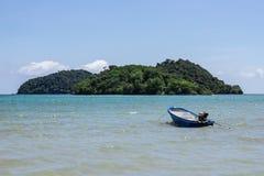 Bergeiland over het overzees met kleine boot die over het overzees en de heldere hemel op achtergrond in de middag in Koh Mak Isl royalty-vrije stock fotografie