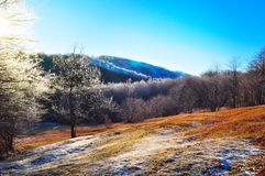 Bergeisiges lanscape, Winterszene stockfotografie